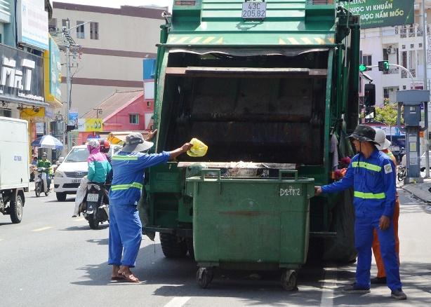 Gia tăng rác thải sinh hoạt trong thành phố đang gây áp lực lên các công nhân ngành môi trường.