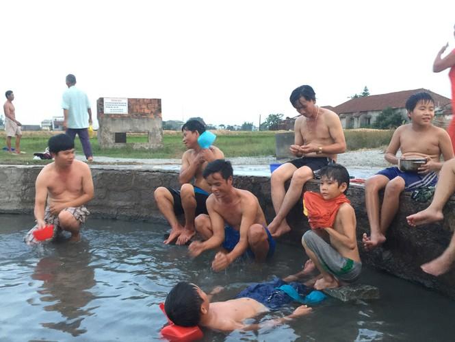 Với những dòng nước khoáng nóng chảy quanh năm, lỗ sôi đón tiếp nhiều người đến tắm với mục đích ngâm mình chữa bệnh. Vào mùa đông lỗ sôi vẫn nghịt người nhờ vào dòng nước chẳng bao giờ nguội. Ảnh: Nguyễn Ngọc
