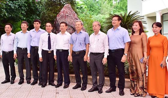 Lãnh đạo tỉnh Thừa Thiên - Huế tiếp nhận khối đá Saphia nặng 14 tấn của Kiểm toán nhà nước trao tặng.