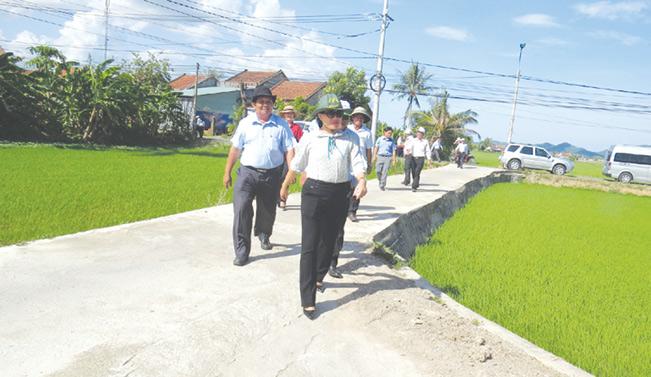 Đoàn công tác Văn phòng Điều phối xây dựng nông thôn mới Trung ương đi khảo sát thực tế tại xã Hòa Đồng (huyện Tây Hòa). Trâm Trân