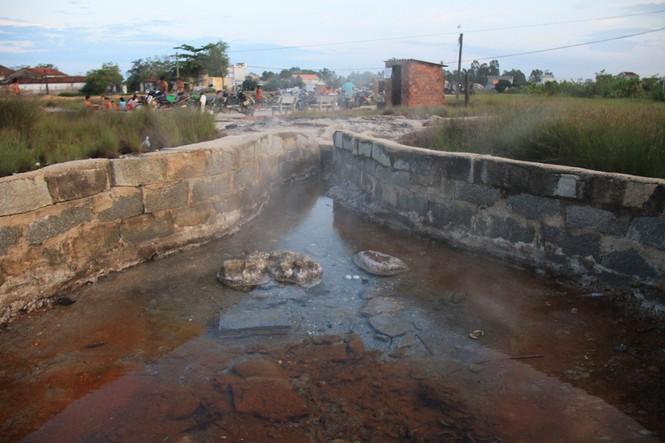 Ở lỗ sôi dòng nước khoáng nóng chảy ra chia thành nhiều vụng, về sau được người dân xây thành nhiều hồ tùy vào độ nóng và đối tượng lớn nhỏ khác nhau. Ảnh: Nguyễn Ngọc