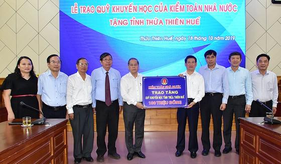 Đoàn Kiểm toán Nhà nước trao tặng 100 triệu đồng cho Quỹ khuyến học tỉnh Thừa Thiên-Huế.