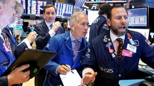 Cổ phiếu ngành bán lẻ leo dốc đẩy chứng khoán Mỹ nhích nhẹ - Ảnh 1.