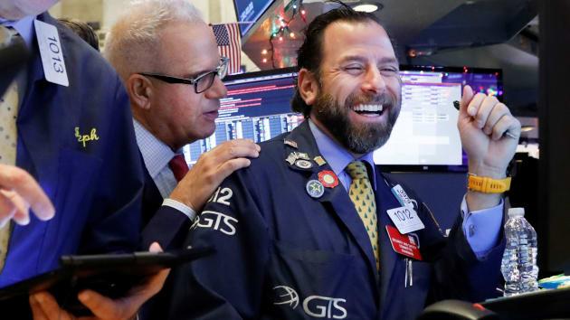 Dow Jones tăng gần 500 điểm khi Nhà Trắng đạt thỏa thuận về gói kích thích kinh tế khổng lồ chống Covid-19 - Ảnh 1.