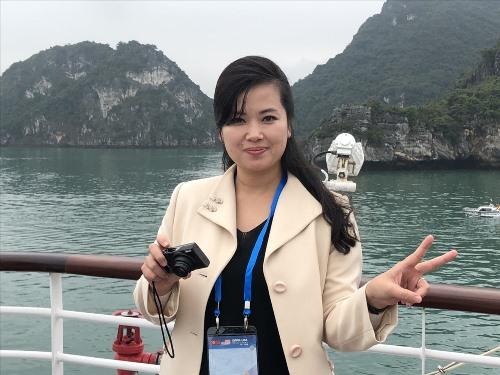 Nữ ca sỹ nổi tiếng Hyon Song-wol tạo dáng bên vịnh Hạ Long. Ảnh: N.H