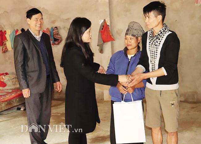 Cán bộ huyện Thuận Châu tặng quà cho người dân nghèo.