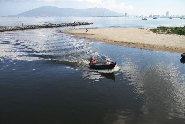 Gần 4 km bờ biển Nguyễn Tất Thành nước chuyển sang màu đen và bốc mùi hôi khó chịu trong nhiều ngày qua.
