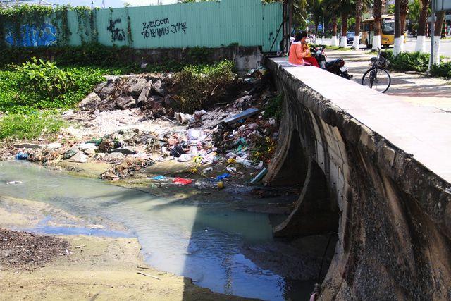 Nhiều đoạn, rác thải chưa được thu gom đã tấp thẳng vào bờ khiến bờ biển vô cùng nhếch nhác.