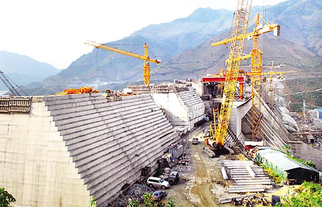 Cần cẩu do Công ty CP Tập đoàn cơ khí Quang Trung thi công trên công trường thủy điện Sơn La.