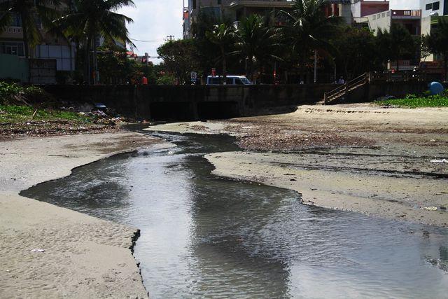 Tại cửa xả sông Phú Lộc nước đen ngòm chảy thẳng ra biển Nguyễn Tất Thành