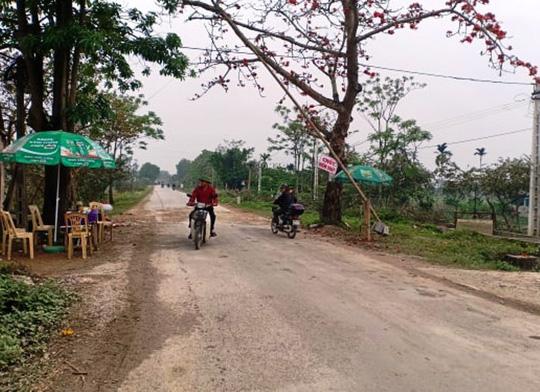 Chốt kiểm dịch tả lợn châu Phi ở khu vực cây Gạo trên tỉnh lộ 506 qua thị trấn Vạn Hà (huyện Thiệu Hóa) không một bóng cán bộ đứng chốt...