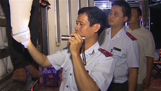 Đoàn kiểm tra liên ngành tỉnh Bạc Liêu kiểm tra xe tải đang chở tôm giống.