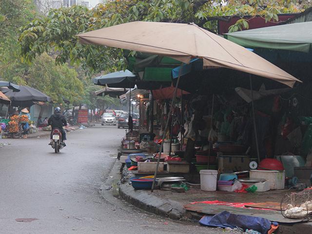 Nhiều khu chợ lụp xụp nằm phía trong khu đô thị Trung Hòa – Nhân Chính.