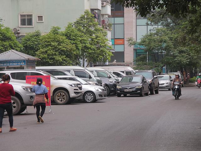 Hiện nay khi nhu cầu sử dụng xe máy, ô tô của cư dân tăng cao, dẫn đến việc thiếu chỗ để trong tầng hầm nghiêm trọng, hầu hết xe ô tô phải gửi tại bãi trông giữ ngoài trời hoặc dưới lòng đường.