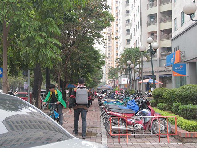 """Bác N.T.Đ (Người dân khu đô thị Trung Hòa – Nhân Chính) cho biết: """"Khu vực này lúc nào đông đúc, nhân viên các công ty, khách đến giao dịch rất tấp nập. Chỗ để xe lúc nào cũng chật cứng, khoảng thoáng trước tòa nhà bị căng dây làm bãi gửi xe""""."""