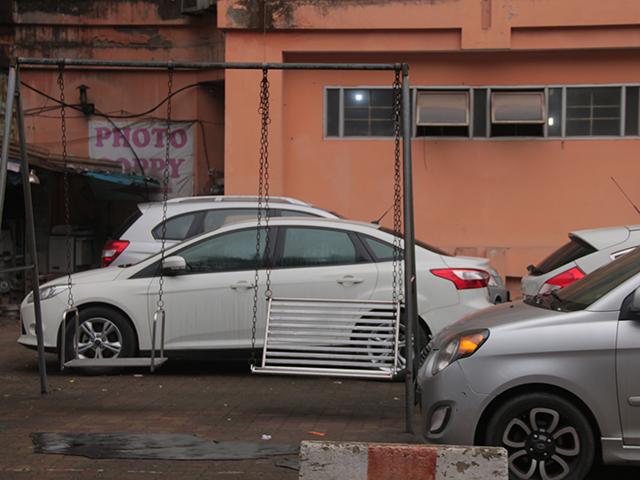 Khu vui chơi trước sảnh chung cư N2A trở thành bãi đỗ xe ô tô, xe ô tô vây kín khu vui chơi khiến không gian thêm chật chội, ngột ngạt.