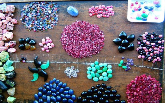 Trên những chiếc bàn này bày rất nhiều các loại đá quý khác nhau, bày biện theo từng loại: Đá sơ chế thô, đá đã được chế tác sẵn... (Ảnh: Dulichviet)