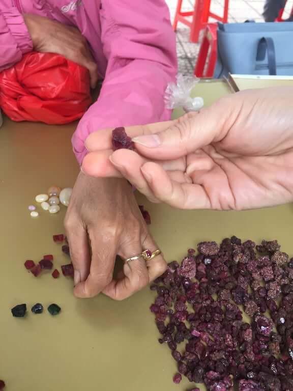 Ruby vẫn là một trong những loại đá quý có giá thành cao nhất. Nhưng thực tế những viên Ruby được bày bán ở đây đa phần đều rất nhỏ, khối lượng của chúng chỉ đạt khoảng trên dưới 10 cara và có giá dao động từ 1 - 3 triệu đồng. Có những viên đá quý có giá hàng chục triệu đồng được chủ sạp