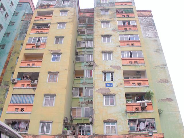 Do thiết kế từ những năm 1999 – 2000, nên hầu hết các tòa chung cư cũ Trung Hòa Nhân Chính chỉ có 1 tầng hầm. Bên cạnh đó, theo thời gian nhiều chung cư xuống cấp, cũ kĩ.