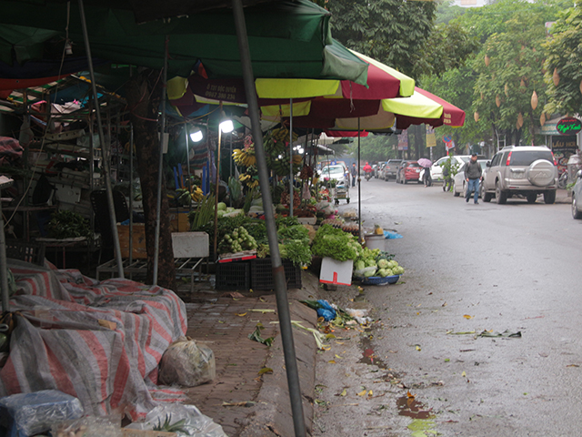 Những khu chợ này xuất hiện lấy đi không gian vỉa hè và lòng đường. Nhưng hình ảnh kém văn minh xuất hiện trong khu đô thị sầm uất bậc nhất thủ đô.