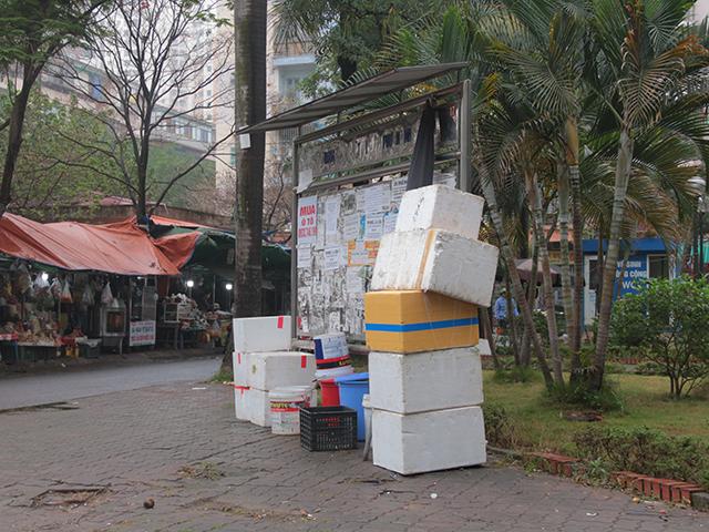 Bảng tin trở thành nơi tập kết đồ của những tiểu thương, đồng thời cũng là nơi dán quảng cáo mua nhà, bán xe, hỗ trợ tài chính...Những hình ảnh nhếch nhác, chật chội xuất hiện nhan nhản tại khu đô thị này.