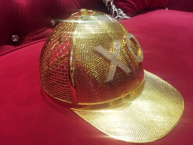 Phần chữ phía trước chiếc nón vàng được đính bằng 260 viên kim cương tấm.
