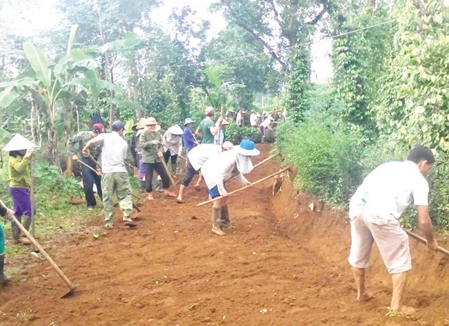 Người dân huyện Cam Lộ đóng góp công sức san đường đổ bê tông nông thôn. N.V