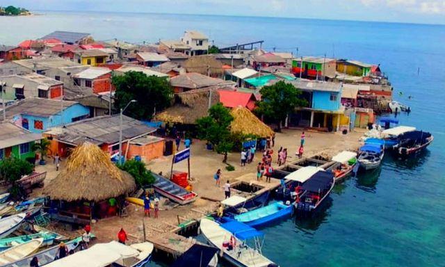 Những mái nhà nhiều màu sắc trên đảo.