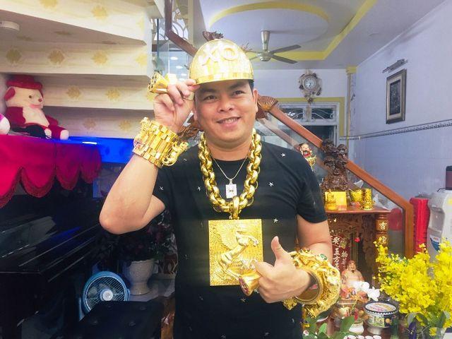 Anh Trần Ngọc Phúc đeo vàng vì phong thủy.