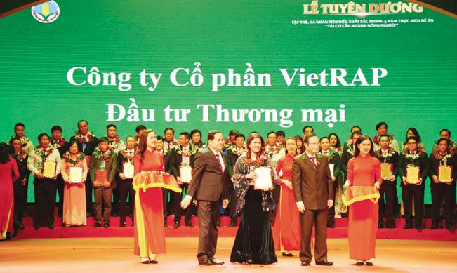 """Công ty Bảo Minh được Bộ NN&PTNT trao tặng danh hiệu """"Doanh nghiệp vì nhà nông"""" năm 2018."""
