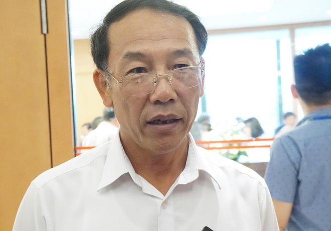 Thiếu tướng Sùng A Hồng trả lời báo chí bên hành lang kỳ họp Quốc hội sáng 27/5.