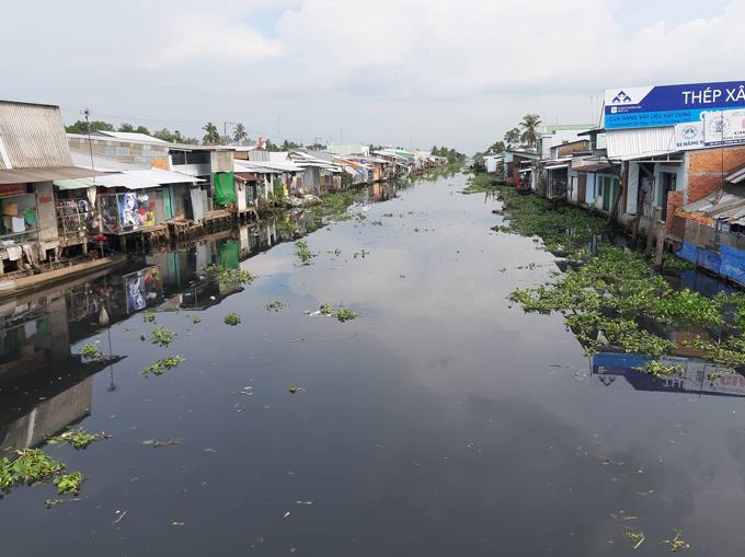 Nước sông chuyển sang màu màu đen và bốc mùi hôi thối nồng nặc.