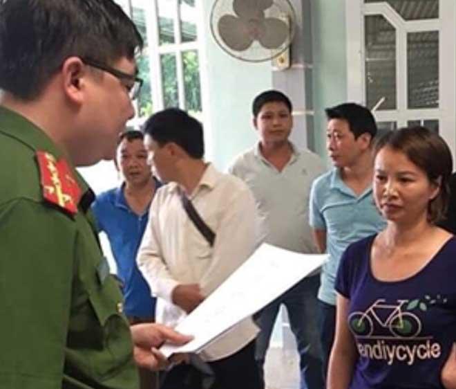 Cơ quan Cảnh sát điều tra tống đạt Quyết định khởi tố, bắt tạm giam bị can Trần Thị Hiền.