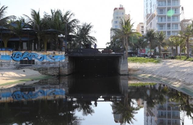 """Nhiều doanh nghiệp lén lút xả nước thải chưa xử lý ra môi trường """"bức tử"""" biển Mỹ Khê."""