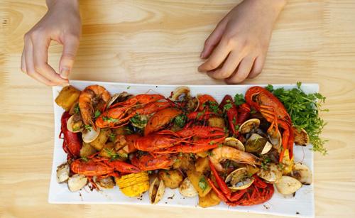 Món tôm hùm đất vẫn nằm trong thực đơn của nhiều nhà hàng lớn tại Hà Nội. Ảnh: Nhà hàng