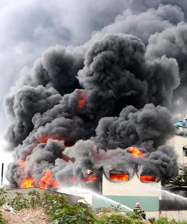 Ngọn lửa lan rộng, bao phủ hàng nghìn m2 nhà xưởng.