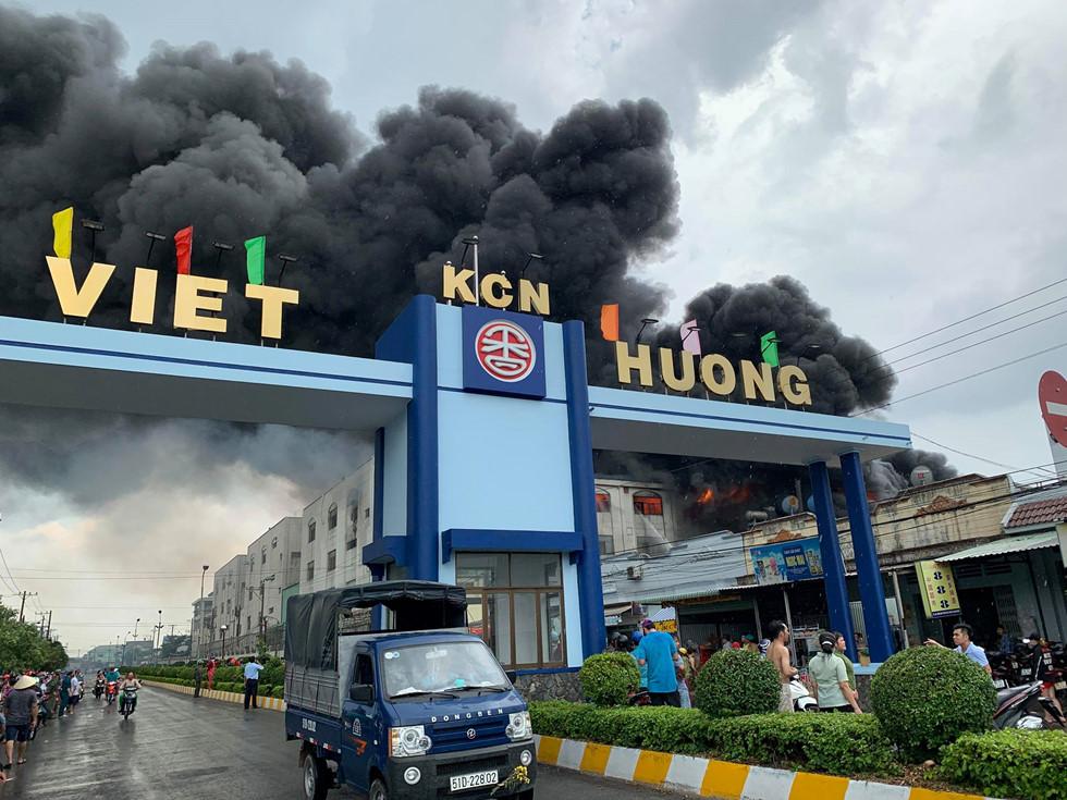 Đang cháy dữ dội ở Khu công nghiệp Việt Hương 1, Thuận An, tỉnh Bình Dương. Ảnh: Đỗ Trường