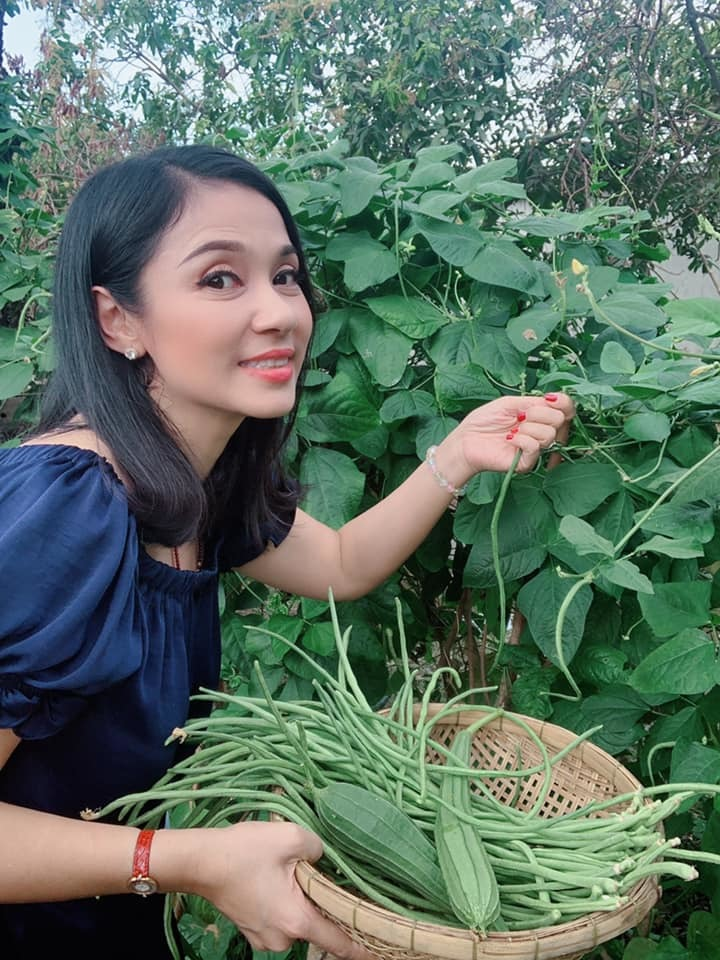 Việt Trinh luôn vui vẻ, hạnh phúc giống như một người nông dân thứ thiệt. Cuộc sống an nhàn, gần gũi với thiên nhiên của cô khiến nhiều người thầm ngưỡng mộ.