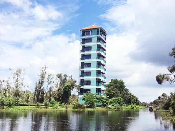Đài quan sát nằm tại trung tâm rừng tràm (Ảnh Kim Hương)