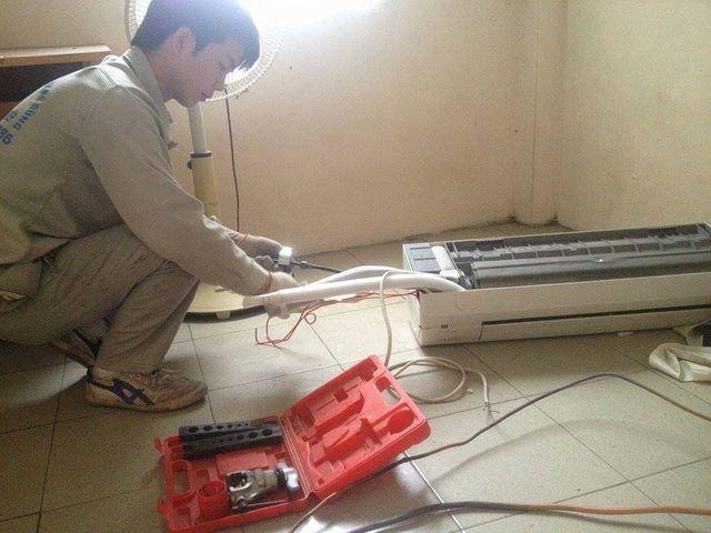 """Điều hoà hỏng hóc mùa nắng nóng tạo cơ hội cho các thợ sửa chữa làm việc """"không ngừng nghỉ""""."""