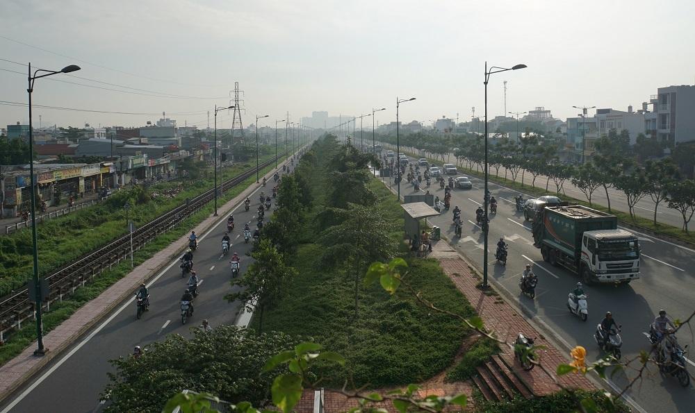 Đường Kha Vạn Cân (bên trái, song song với đường Phạm Văn Đồng) được 'định khung' cho xe máy lưu thông xảy ra cảnh thưa thớt phương tiện khi quy định xe máy được phép chạy vào làn ô tô trên đường Phạm Văn Đồng.