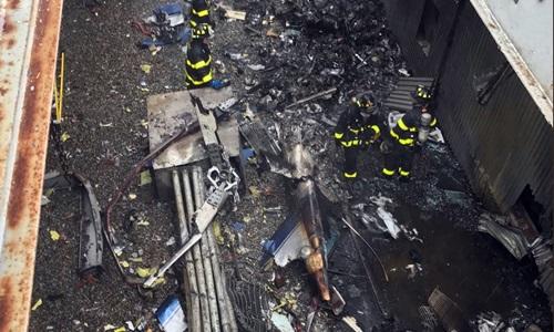 Hiện trường tai nạn trực thăng trên nóc tòa nhà AXA Equitable Center, New York chiều 10/6. Ảnh: Reuters.