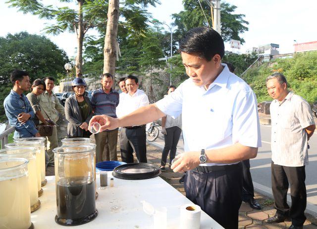 Ông Nguyễn Đức Chung kiểm tra công nghệ xử lý ô nhiễm sông Tô Lịch.