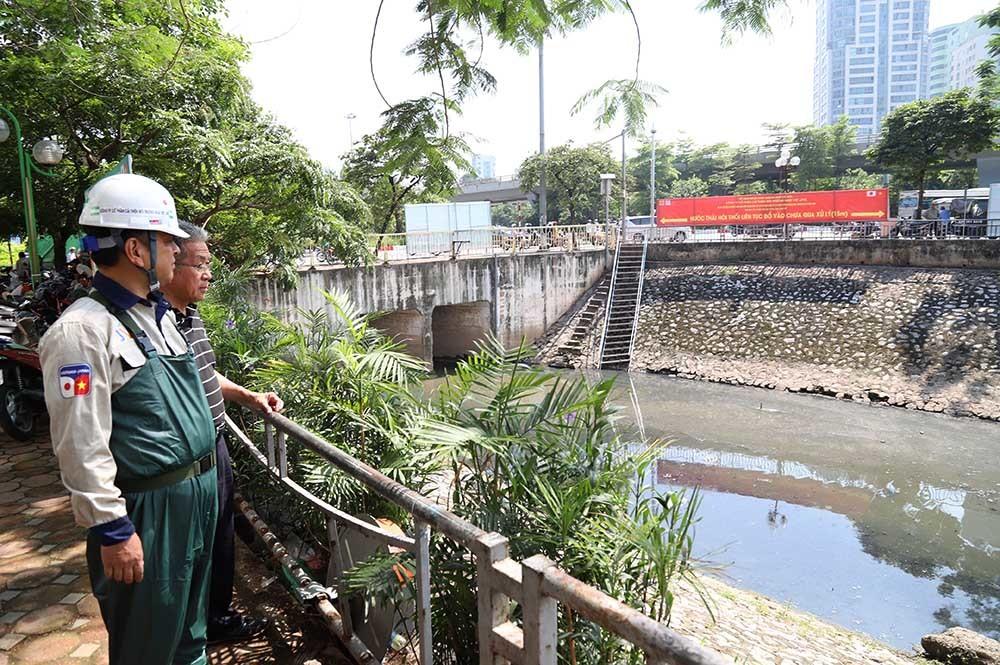 Chuyên gia Nhật Bản trong 2 buổi sáng ngày 5 và 6/6 trực tiếp lội xuống sông Tô Lịch, nơi đặt các máy Nano - Bioreactor để đánh giá kết quả sau gần 3 tuần thí điểm làm sạch sông.