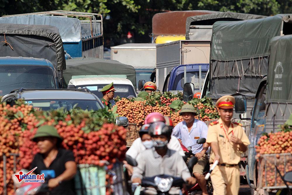 CSGT điều tiết giao thông tại thị trấn Chũ, huyện Lục Ngạn.