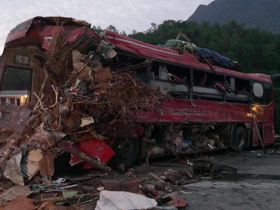 Phần đầu xe khách nát bét sau vụ tai nạn.