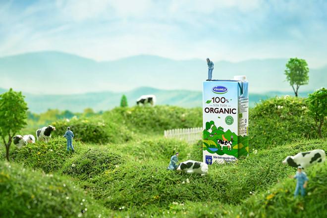Là sữa tươi organic tiêu chuẩn EU đầu tiên tại Việt Nam, Vinamilk 100% organic được sản xuất trong môi trường tự nhiên lý tưởng trên cao nguyên Đà Lạt.