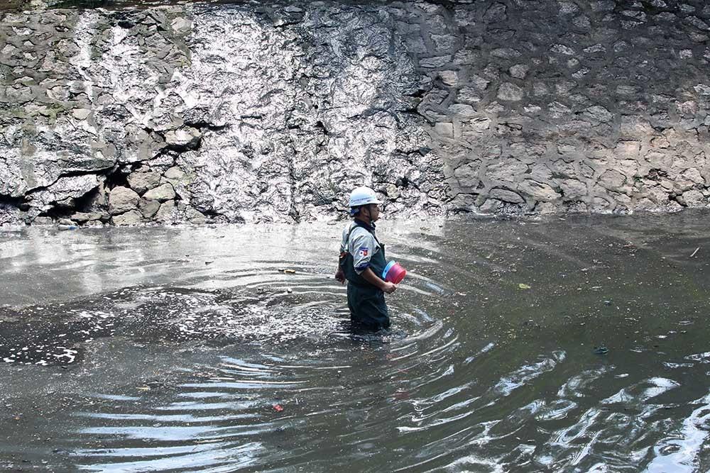 Ông lấy mẫu nước, bùn ngay tại điểm đặt máy xử lý.