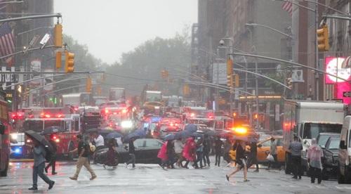 Các phương tiện khẩn cấp được triển khai sau tai nạn trực thăng ở New York hôm 10/6. Ảnh: Reuters.