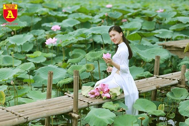 Áo dài trắng truyền thống cũng là trang phục được nhiều các thiếu nữ lựa chọn.